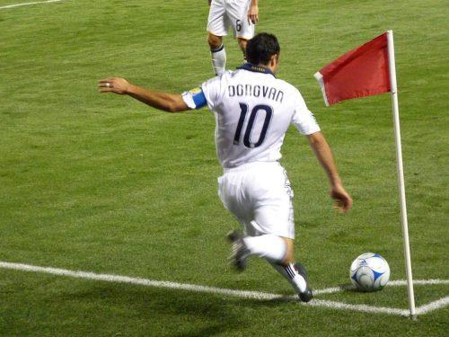 Landon Donovan sending in a corner kick.