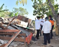 Joko Widodo looks at damage from the July 29 earthquake on Lombok.