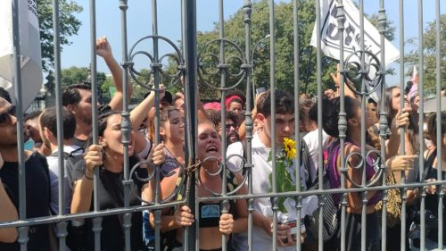 Crowd of protestors at the gates of the Natioanl Museum.