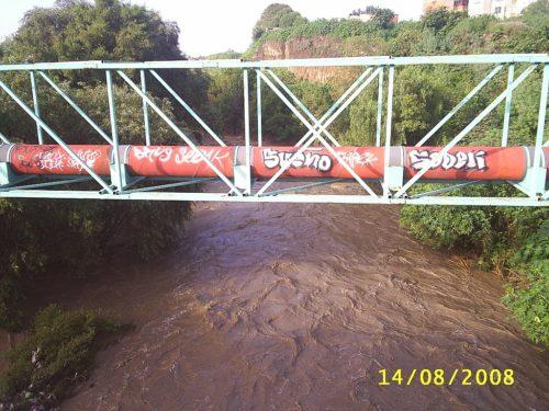 Ducto de Pemex sobre Río Atoyac en la ciudad de Puebla/Pemex gas pipeline near Puebla.