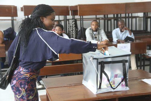 Femme votant à Kinshassa devant des scrutateurs, au cours des élections du 30 décembre 2018 en RDC