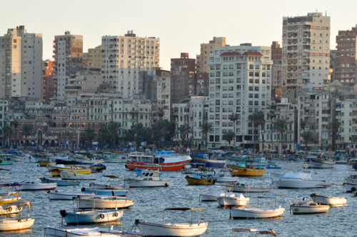 Apartment buildings in Alexandria, boats in foreground. Mediterrâneo de Alexandria