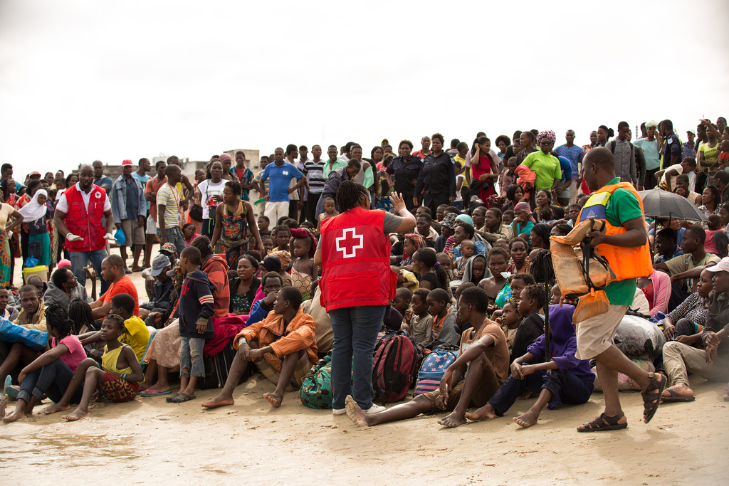 Red Cross staff briefing evacuees from Buzi on the Praia Nova beach