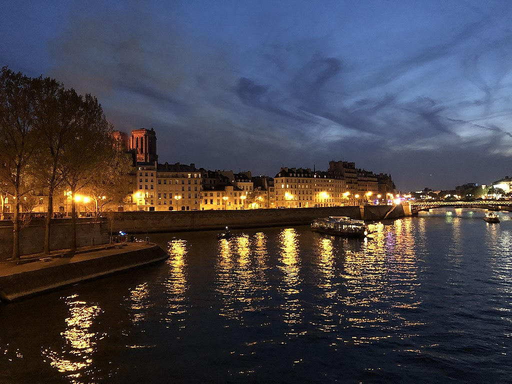 21:19 Paris time, view of the Seine and Notre-Dame in flames