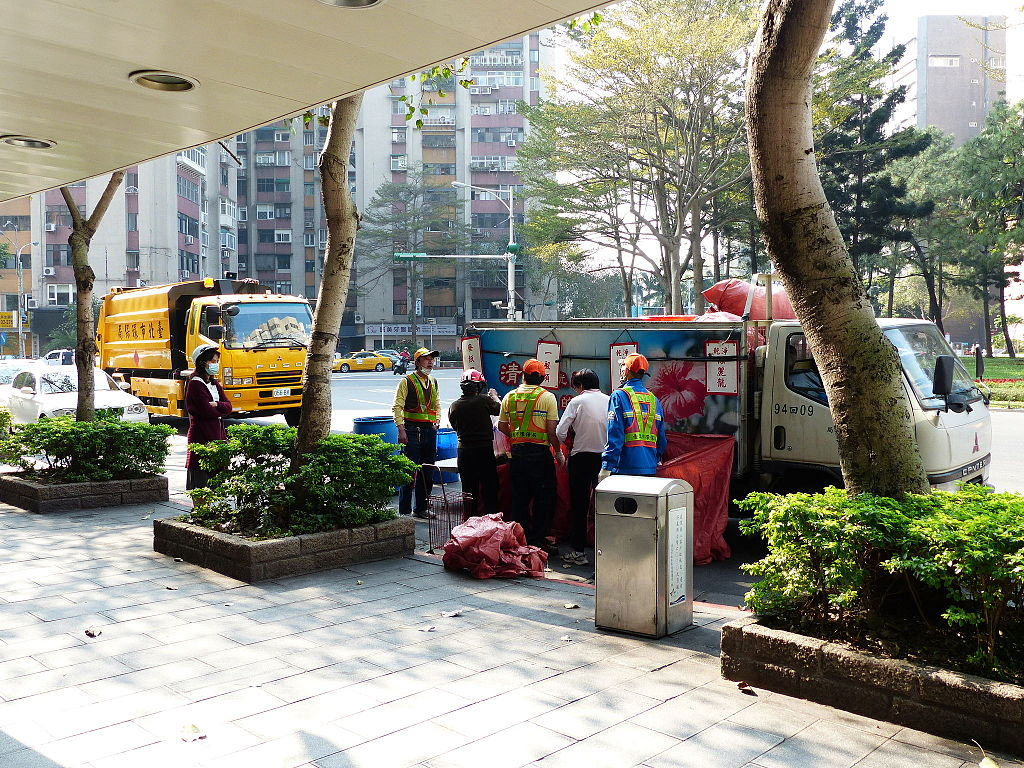 DPE Workers Collecting Recycle Objects in Minsheng Community