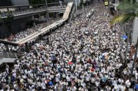 A sea of protesters dressed in white demonstrate against Hong Kong's extradition bill.(繁體)‎: 6-9香港反送中遊行人士逼爆金鐘。(美國之音湯惠芸拍攝)