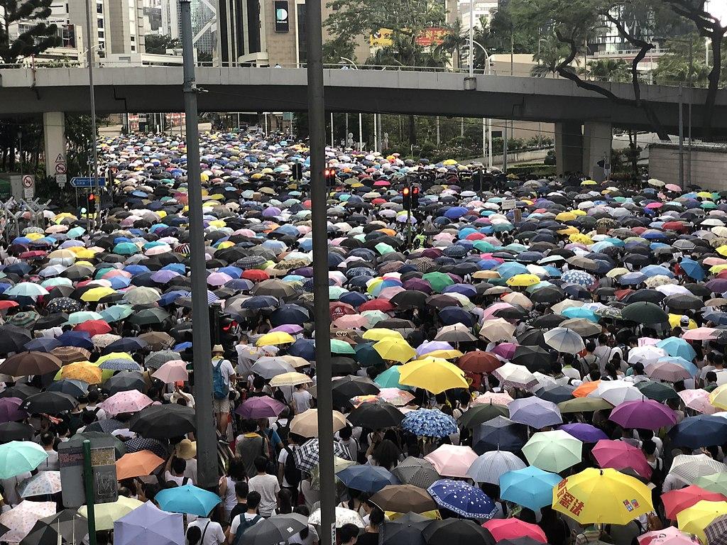 Yellow Umbrellas of protesters - 香港民陣估計6-9反送中大遊行的人數超過2003年7-1大遊行的50萬人。(美國之音湯惠芸拍攝)