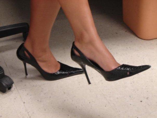 High-heeled shoes - office setting. Uso de zapatos de de tacon