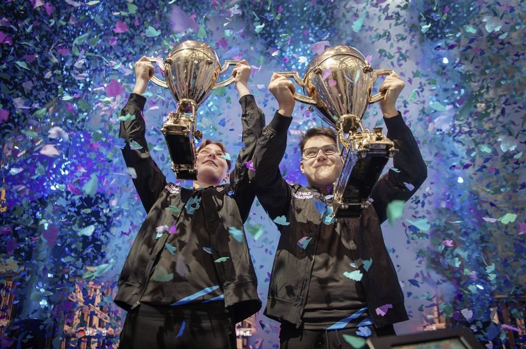 Fortnite World Cup Duo winners with trophies.