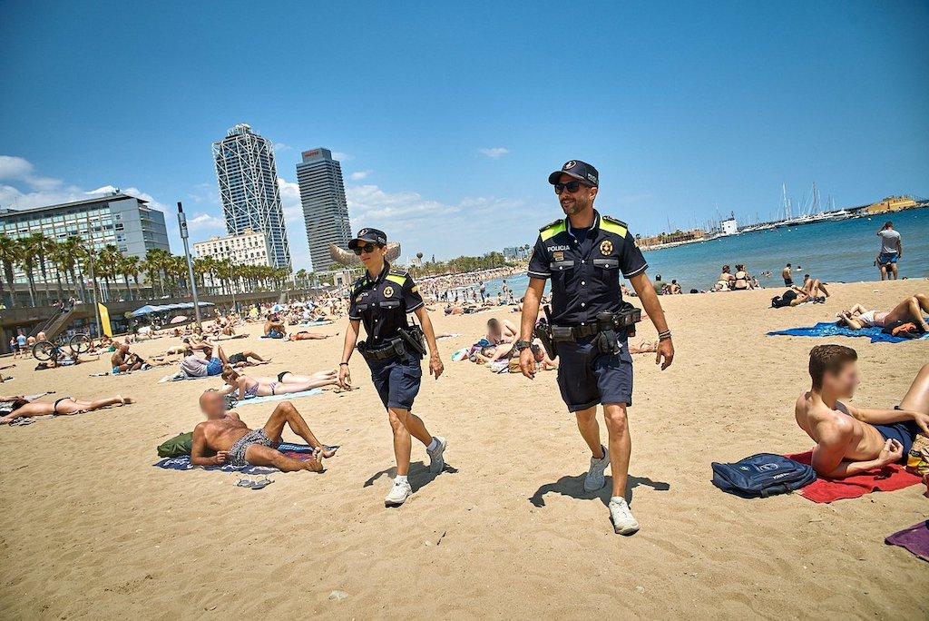 Two of Barcelona's city police patrol a beach. - Guardia Urbana Barcelona