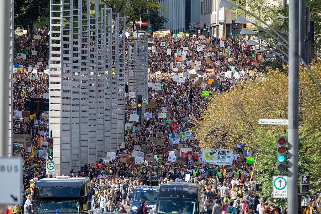Climate strike on Robert-Bourassa Boulevard in Montreal - 2019-09-27/Marche pour le climat du 27 Sept 2019 à Montreal sur le boulevard Robert-Bourassa