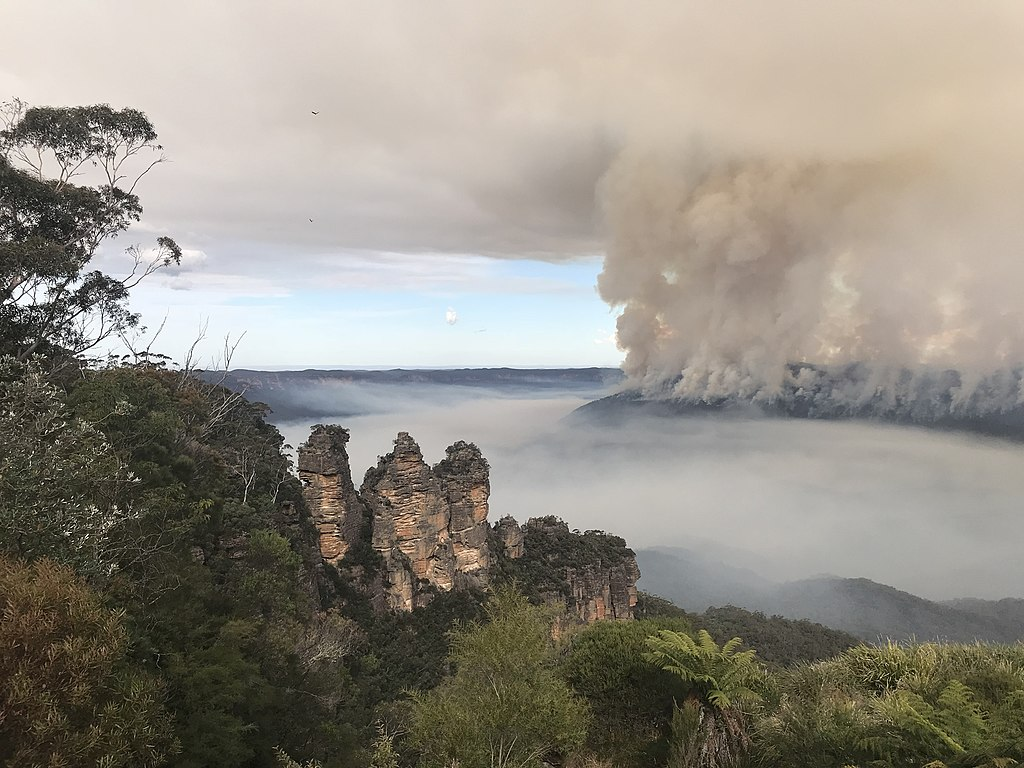 View of the Three Sisters in the Blue Mountains, with bushfire in background