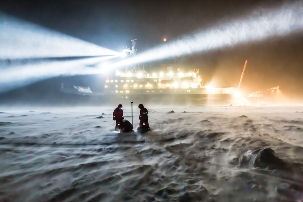 AWI sea-ice physicists are working on the sea ice, while the wind is accelerating and the snow drift is increasing.