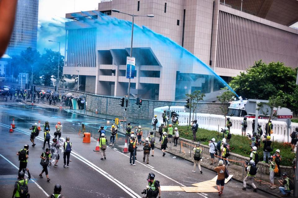 Hong Kong police use blue-tinted water fired from a water cannon to mark and control protesters. 中文(香港)‎: 831金鐘