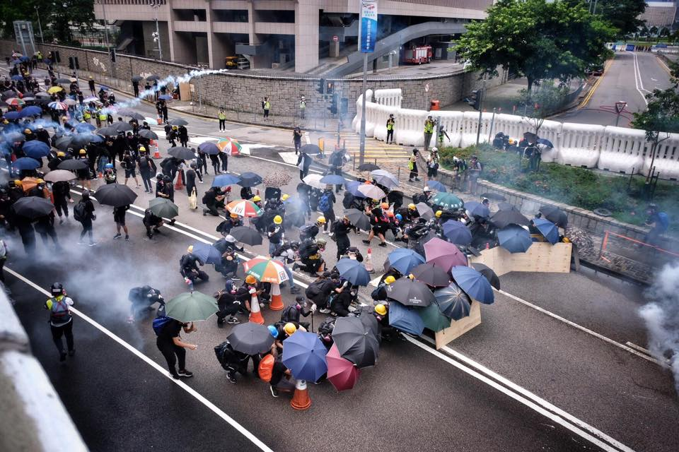 Hong Kong police use teargas to control protesters. 中文(香港)‎: 831金鐘