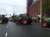 Boeren protesteren in Den Haag op 1 oktober 2019. Tractors blocking intersection.
