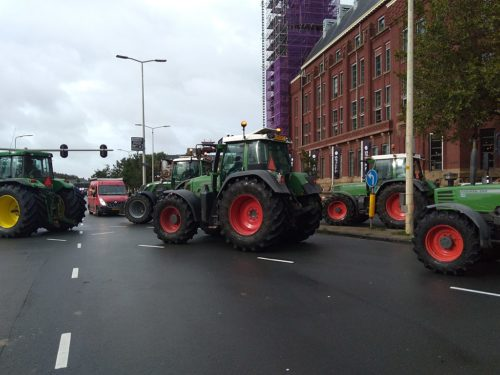 Boeren protesteren in Den Haag op 1 oktober 2019. Tractors blocking intersection.