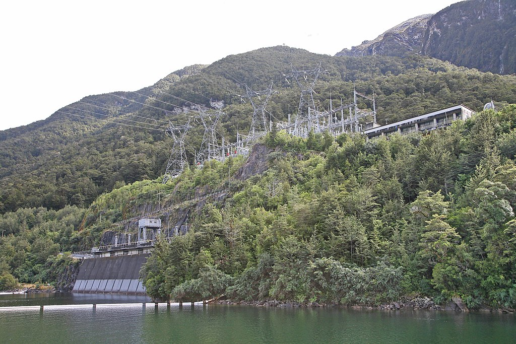 Manapouri hydropower plant: The cavern power plant is located at the western end of Lake Manapouri.