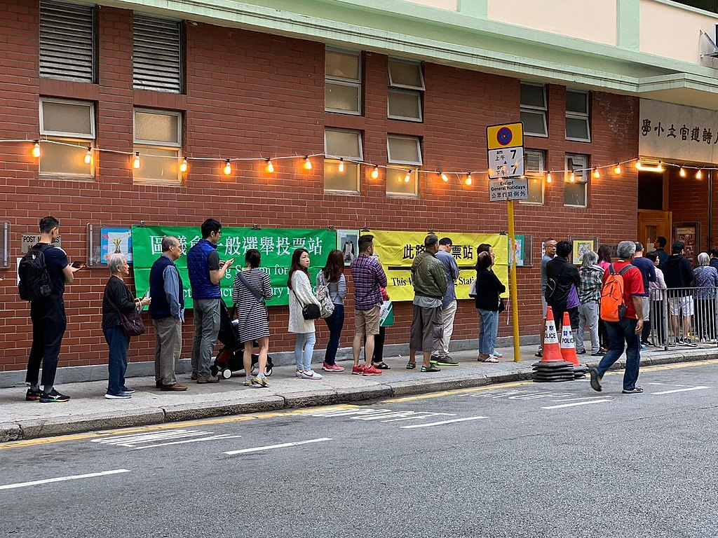 People line up to vote in Hong Kong's local elections, 2019-11-24. (位于湾仔轩尼诗道的官立小学投票站一早已经排起长龙,民众等待投票。)