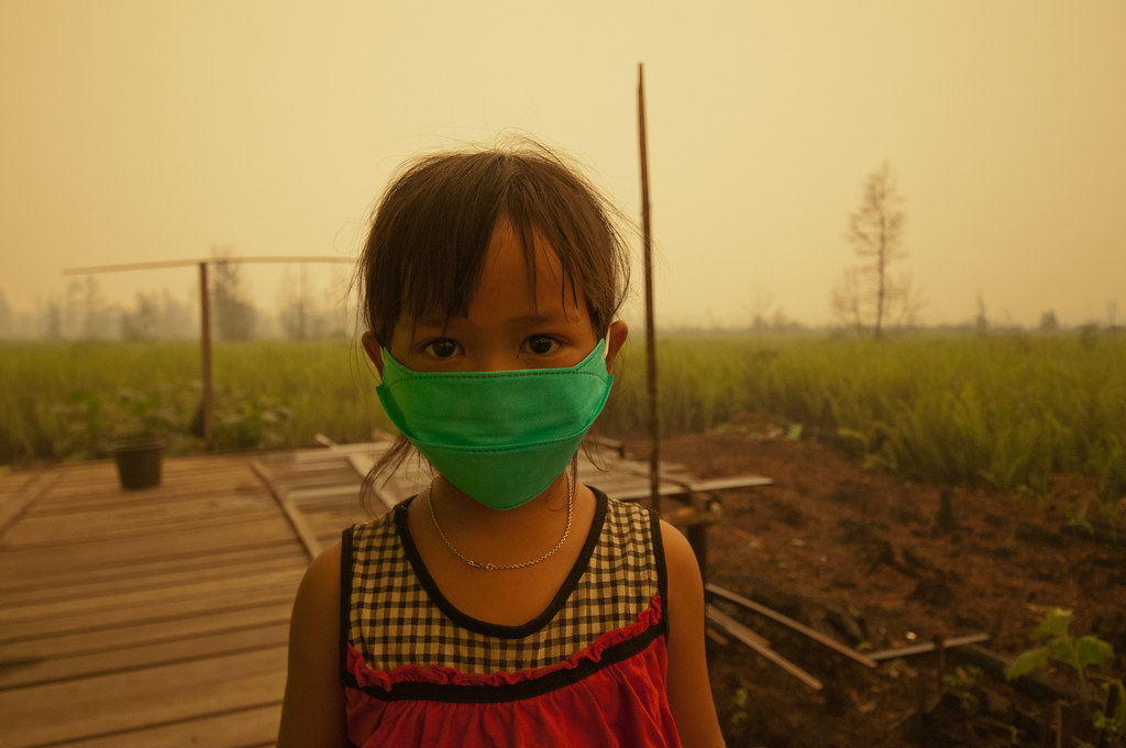 Children are forced to wear masks due to the toxic smoke from peat land fires. Palangka Raya, Central Kalimantan.