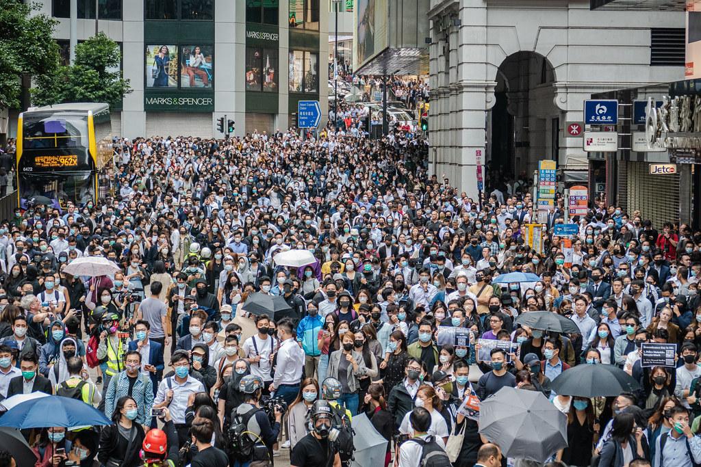 Hong Kong protesters block traffic on 2019-11-12.