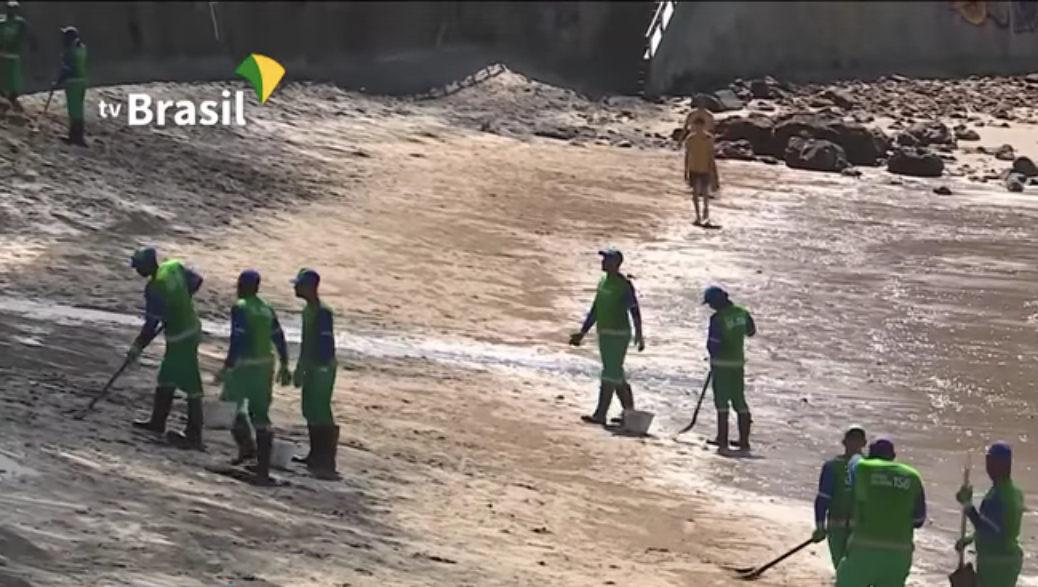 Soldiers work to clean up an oil spill on a beach in Belém, Pará, Brazil.