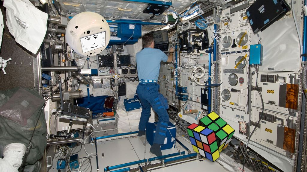 One of the first CIMON´s exercises on the International Space Station ISS involved a Rubik´s Cube.