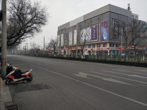 Carrer del barri de Xinjiekou (Pequín) totalment buit el matí del 27 de gener de 2020, durant l'estat d'amenaça pel coronavirus 2019-nCoV.