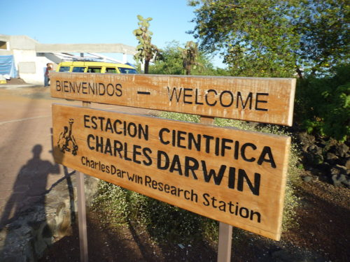 Foto de aviso informativo de Estación Científica Charles Darwin, en Galápagos, Ecuador. foto ref. David Adam Kess