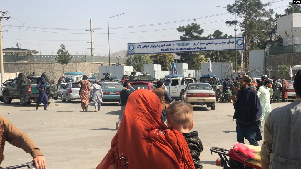 On the second day of the Taliban's rule in Kabul, the front of Hamid Karzai International Airport was crowded with people trying to travel abroad, but were stopped by Taliban militants.